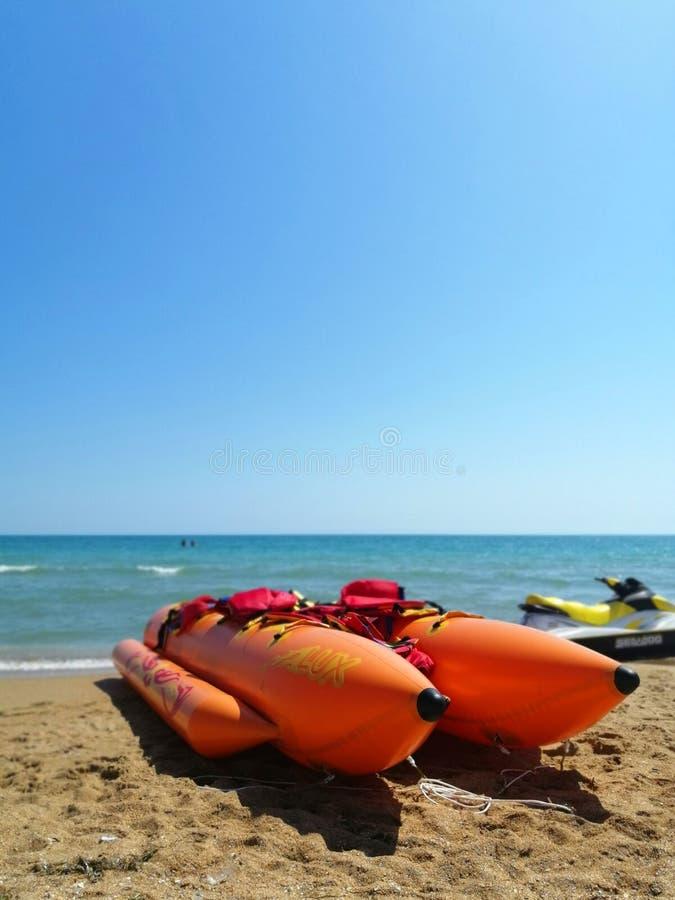Transporte de la playa plátano inflable en la arena imágenes de archivo libres de regalías