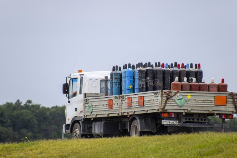 Transporte de mercancías peligrosas Cilindros con propano y oxígeno en el camión foto de archivo libre de regalías