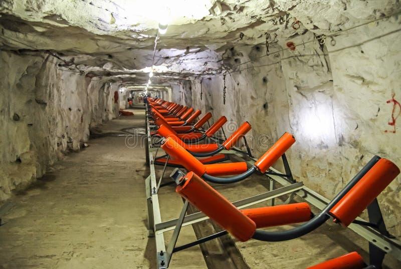 Transporte de mineração do túnel da platina subterrânea fotos de stock