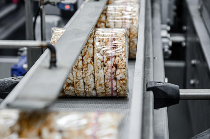 Transporte de un proceso a otro en la línea de producción de alimentos Industria alimentaria moderna de equipos foto de archivo libre de regalías