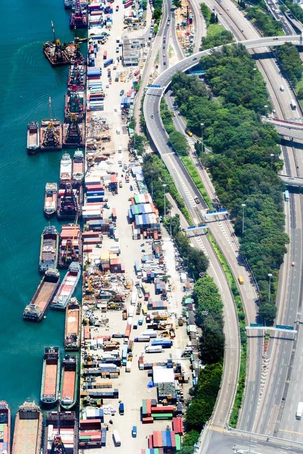 Transporte del cargo entre la tierra y el mar fotografía de archivo