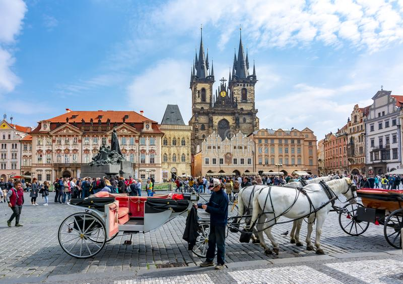 Transporte do cavalo na praça da cidade velha no olhar fixo Mesto, Praga, República Checa imagens de stock royalty free