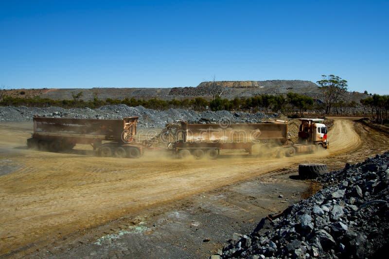 Transporte do minério da mina foto de stock