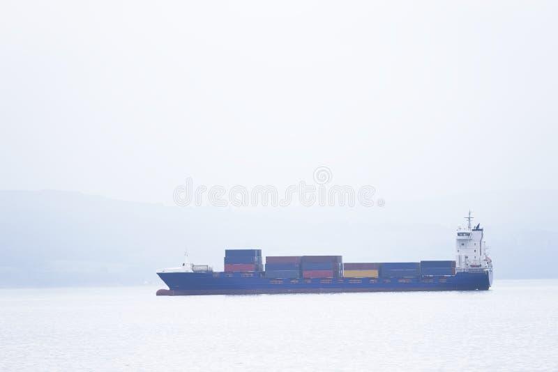 Transporte do portador dos recipientes de frete da embarca??o do navio de carga no oceano do mar para mover a doca fotos de stock royalty free