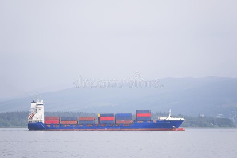 Transporte do portador dos recipientes de frete da embarca??o do navio de carga no oceano do mar para mover a doca fotos de stock