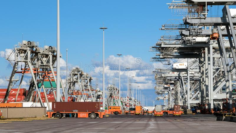 Transporte do recipiente que segura o terminal do porto fotografia de stock royalty free