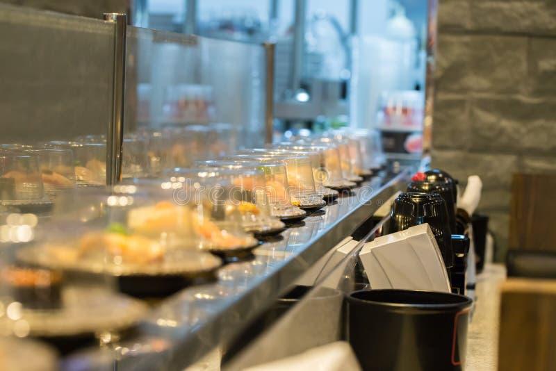 Transporte do sushi do restaurante de Japão ou bufete da correia imagem de stock