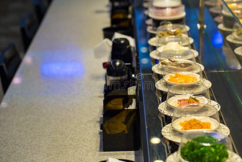 Transporte do sushi do restaurante de Japão ou bufete da correia foto de stock