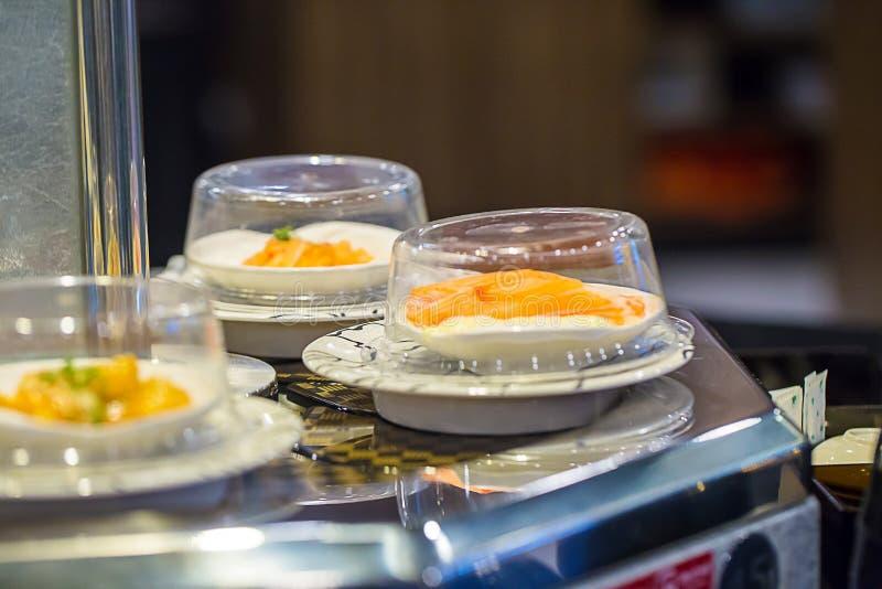 Transporte do sushi do restaurante de Japão ou bufete da correia imagens de stock royalty free