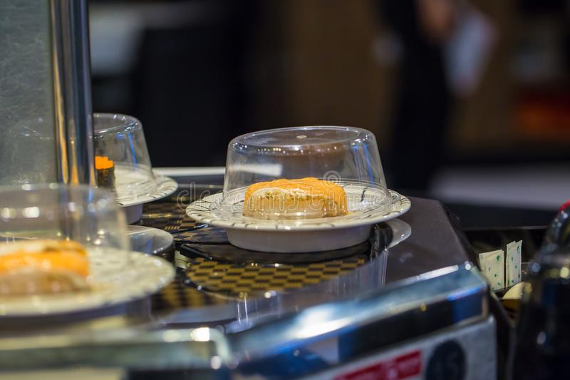 Transporte do sushi do restaurante de Japão ou bufete da correia fotos de stock royalty free