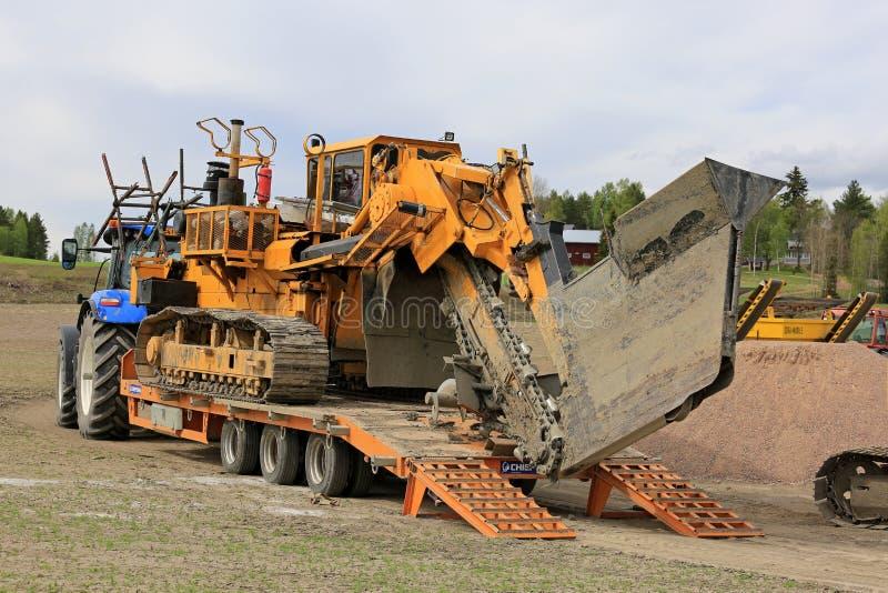 Transporte do Trencher do Inter-dreno no local de trabalho imagens de stock