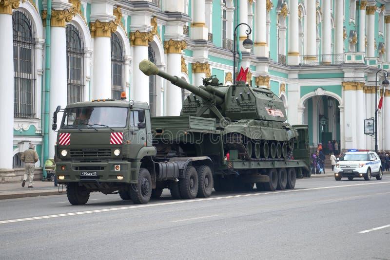 Transporte do veículo automotor da artilharia de Msta-S pelo caminhão Kamaz-65225 Preparações para a parada em honra do vencedor imagens de stock royalty free