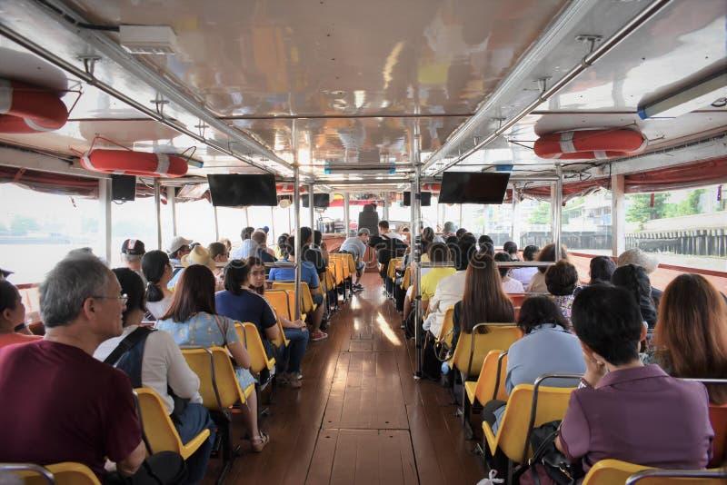 Transporte en barco en Bangkok La gente se sienta en un bote para ir a trabajar fotos de archivo libres de regalías
