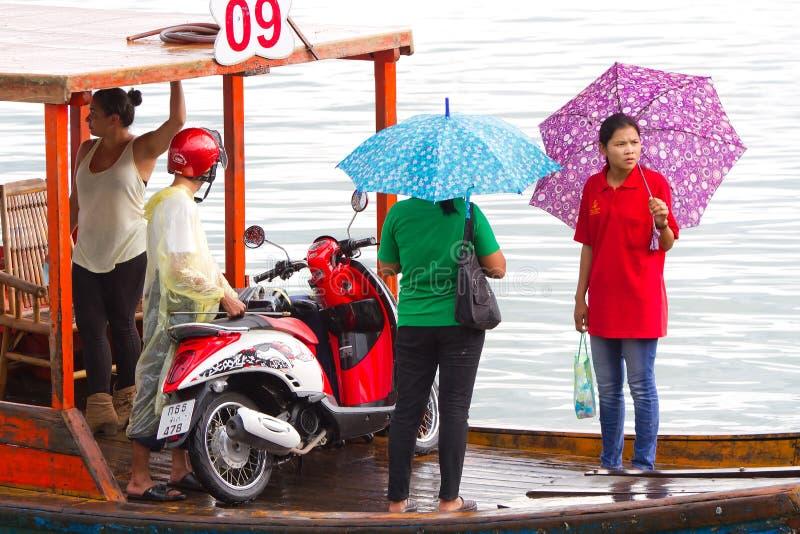 Transporte en el bote pequeño a través del río en Tailandia