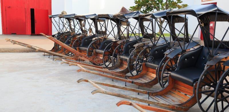 Transporte, homem tradicional tailandês asiático transportes tirados do vintage ou riquixá puxado dos riquexós, jinriksha, modo d imagem de stock