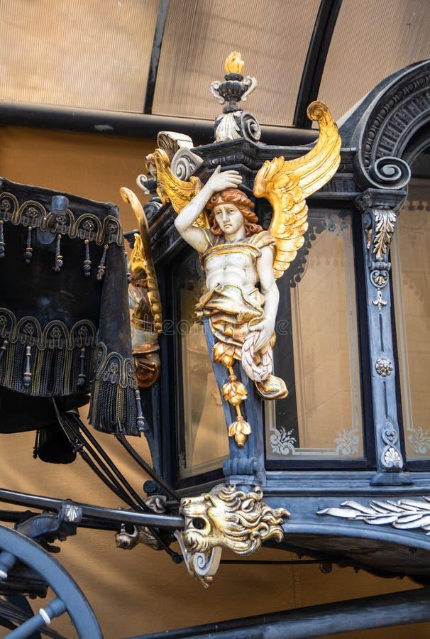 Transporte luxuoso velho em uma jarda do castelo fotografia de stock royalty free