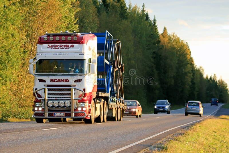 Transporte modificado para requisitos particulares de Scania semi por la tarde fotografía de archivo libre de regalías