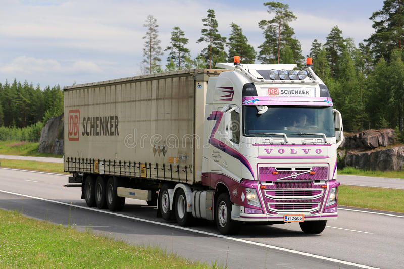 Transporte modificado para requisitos particulares del camión de Volvo FH semi en el verano fotografía de archivo