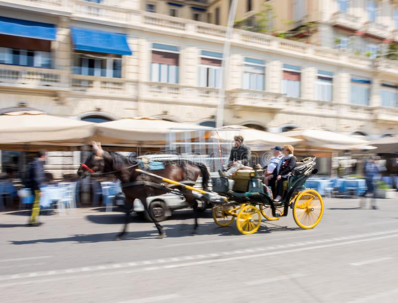 Transporte movente do cavalo com cocheiro e viajantes imagens de stock