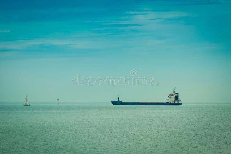 transporte Navegación de la nave del conteiner del cargo en agua inmóvil fotografía de archivo libre de regalías