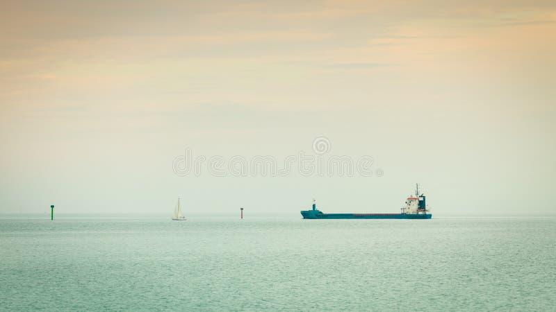 transporte Navegación de la nave del conteiner del cargo en agua inmóvil foto de archivo