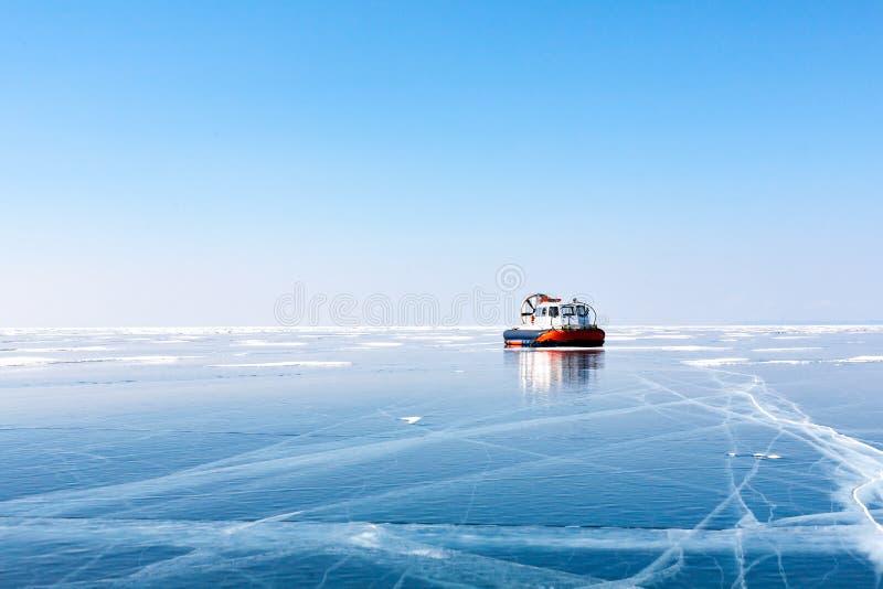 Transporte no gelo Gelo no Lago Baikal hovercraft foto de stock royalty free
