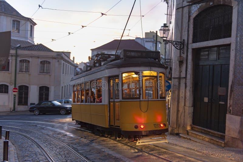 Transporte o carro na rua na noite em Lisboa, Portugal fotografia de stock royalty free