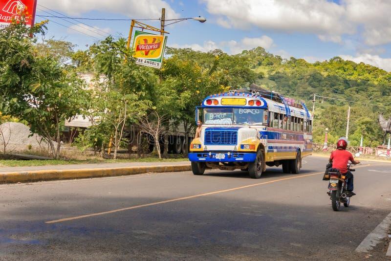 Transporte o corredor na estrada em Boaco, Nicarágua fotos de stock