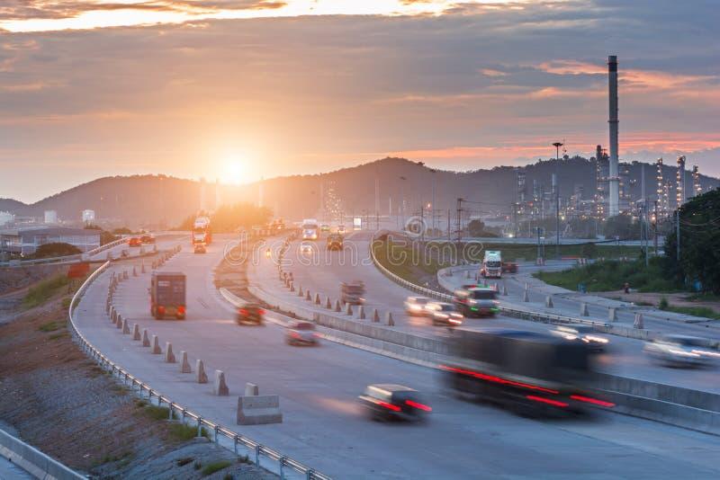 Transporte o recipiente de transporte na estrada ao porto fotografia de stock