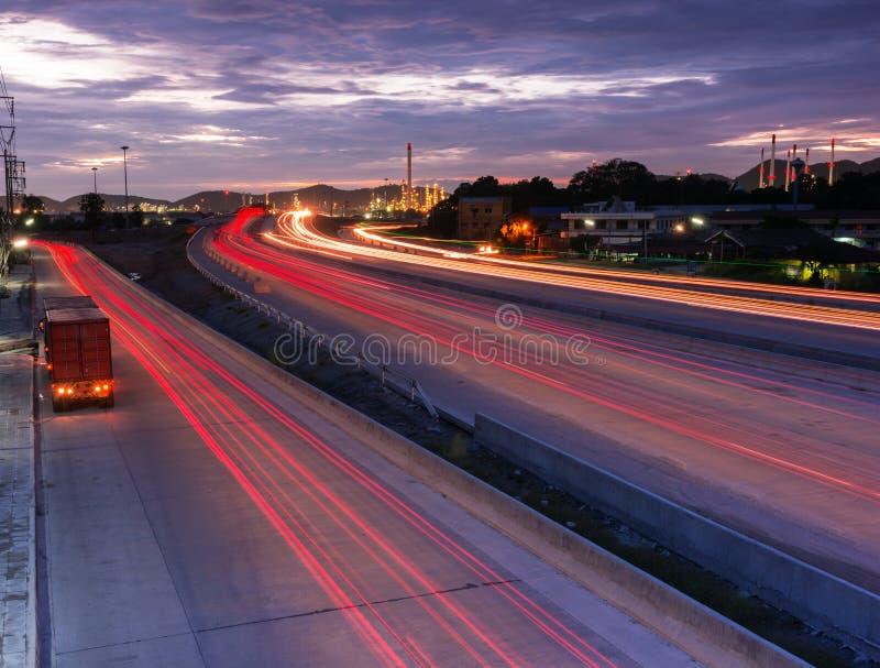 Transporte o recipiente de transporte na estrada ao porto fotos de stock royalty free