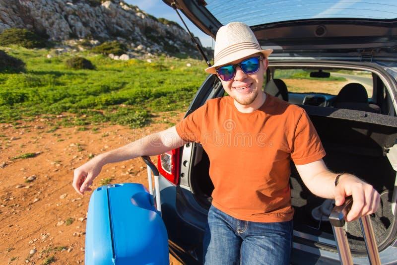 Transporte, ocio, viaje por carretera y concepto de la gente - hombre feliz que disfruta de vacaciones del viaje por carretera y  foto de archivo libre de regalías