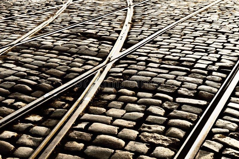 Transporte os trilhos nas pedras da rua imagem de stock royalty free