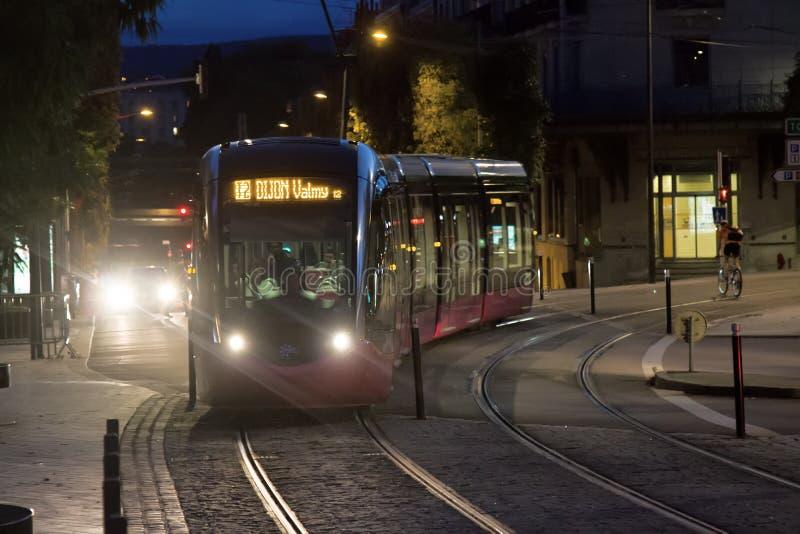 transporte público bonde eco-amigável moderno na cidade na noite fotografia de stock