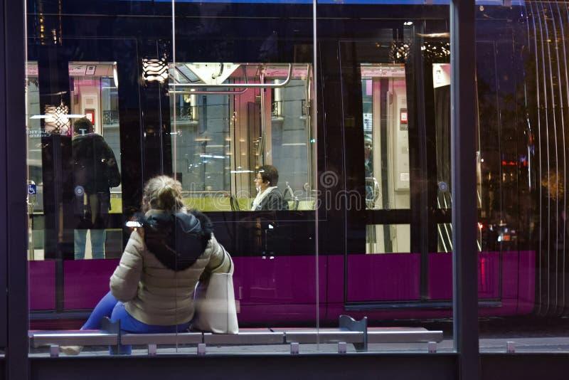 transporte público bonde eco-amigável moderno na cidade na noite foto de stock