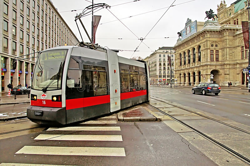 Transporte público con la tranvía cerca de la ópera del estado de Viena, Austria fotos de archivo libres de regalías