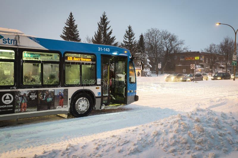 Transporte público durante a tempestade da neve fotografia de stock royalty free