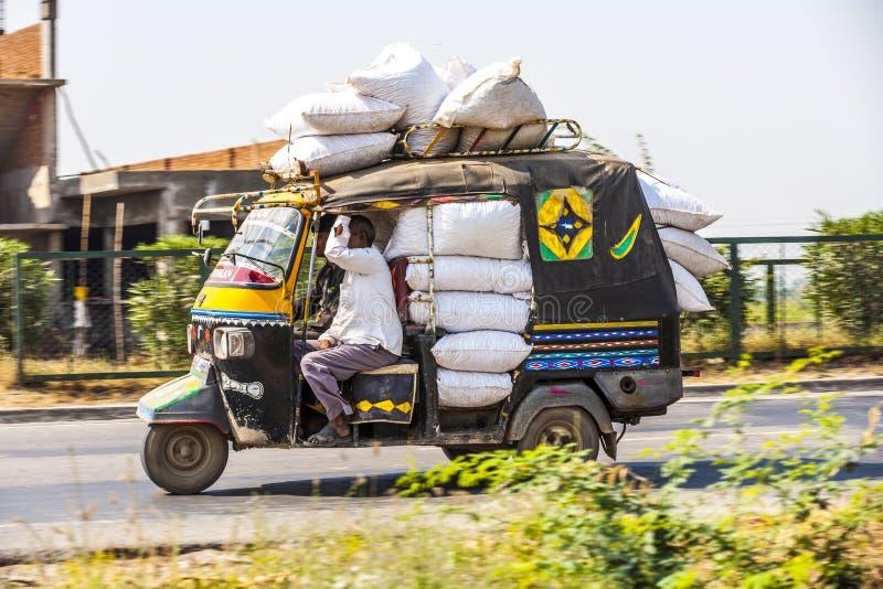 Transporte público en la India. Loco imagenes de archivo