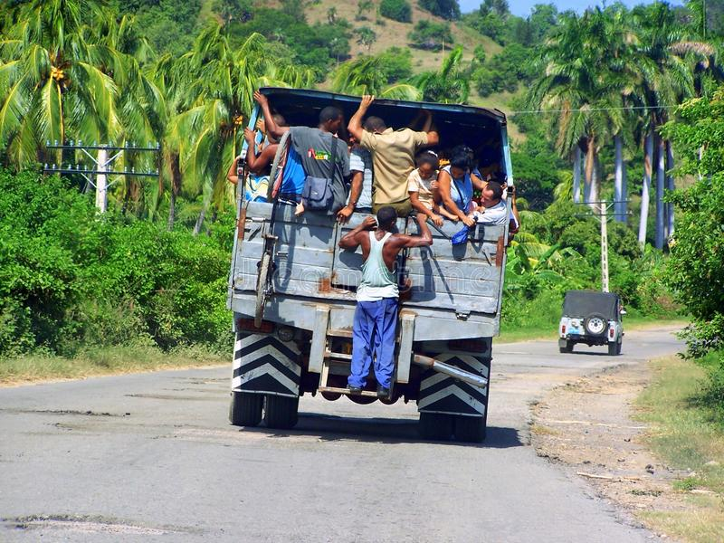 Transporte público en una carretera en Cuba imagen de archivo libre de regalías