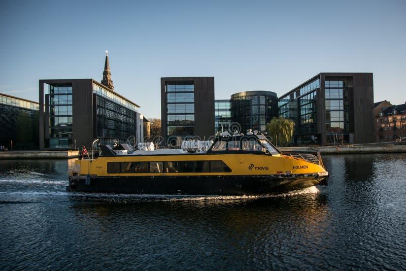 Transporte público no habor de Copenhaga dinamarca imagens de stock royalty free