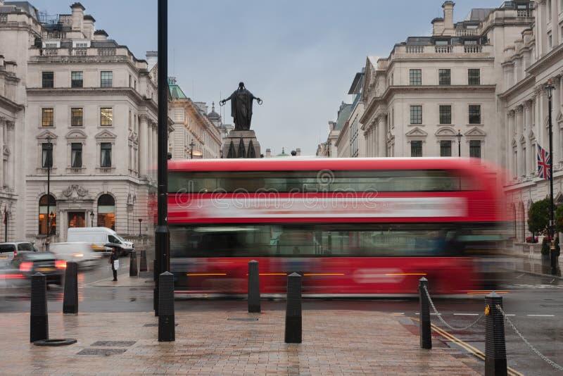Transporte público no lugar de Waterloo em Londres imagens de stock
