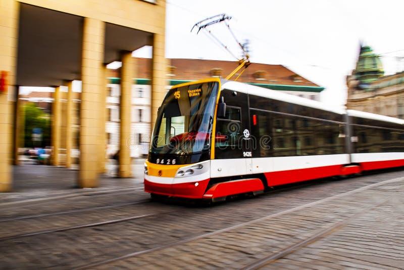 Transporte público - tranvía en Praga fotos de archivo