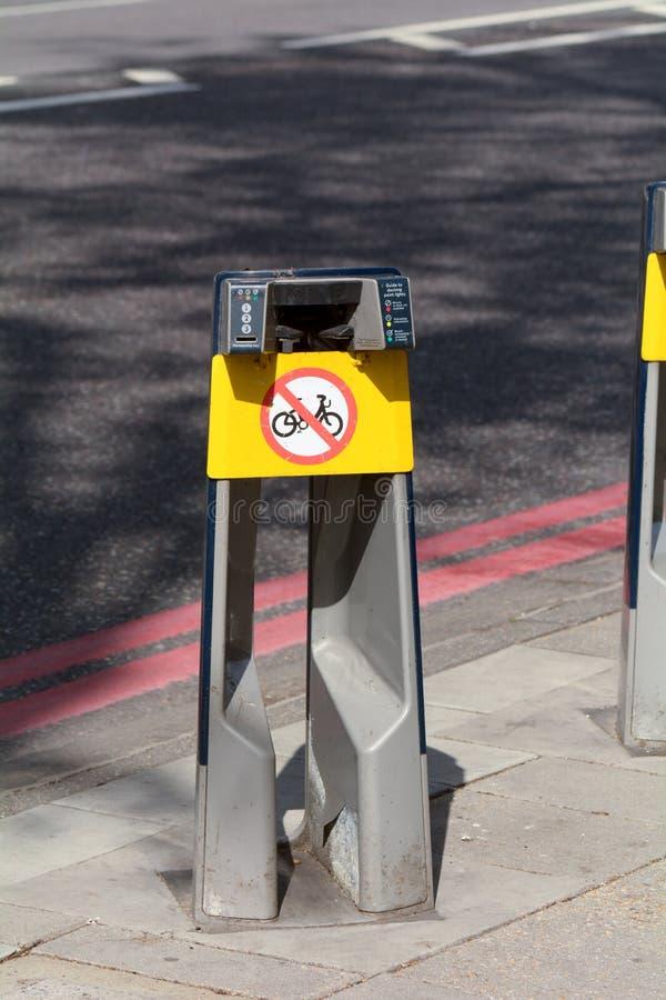 Transporte para a cremalheira da bicicleta de Londres em Londres, Inglaterra fotos de stock royalty free