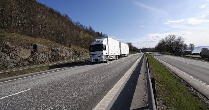 Transporte por caminhão na estrada cénico foto de stock royalty free