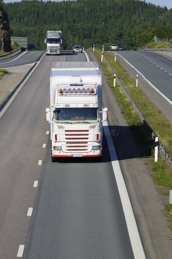 Transporte por caminhão na estrada ocupada imagens de stock royalty free
