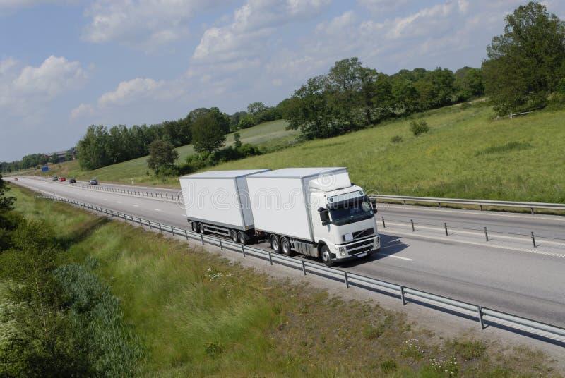 Transporte por caminhão no campo fotografia de stock