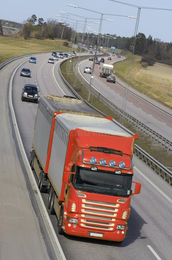 Transporte por caminhão vermelho na ação fotografia de stock royalty free
