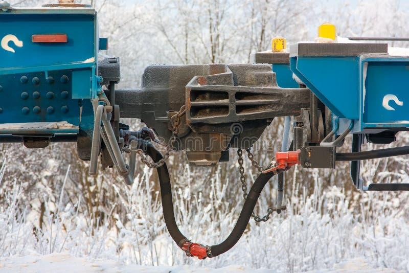 Transporte railway do acoplamento para ligar vagões do trem de mercadorias no inverno imagens de stock