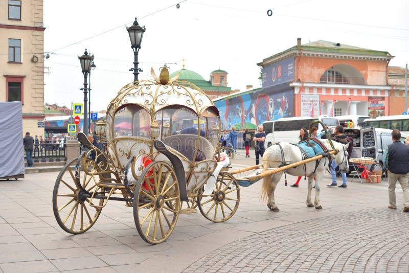 Transporte retro com os cavalos em StPetersburg foto de stock