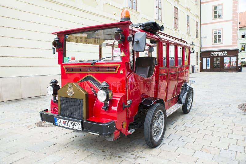 Transporte retro no quadrado principal em Bratislava, Eslováquia fotos de stock royalty free