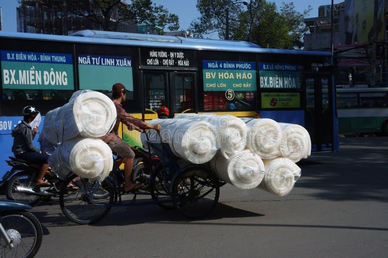 Transporte sobrecargado por el pedicab imagen de archivo libre de regalías